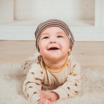 poner al bebé en el suelo